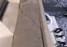 Grieta en una cornisa, junto al letrero del centro comercial Espolón 10