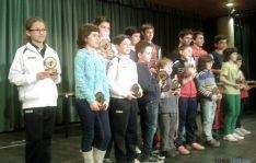Los ganadores con los trofeos.