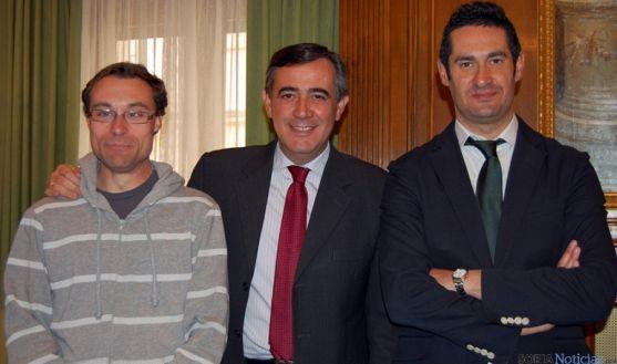 Azofra (izda.) Pardo y González, en la firma del convenio con ANDE.