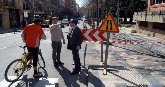 Javier Antón, (centro) y Luis Rey ante el vallado de uno de los tramos.