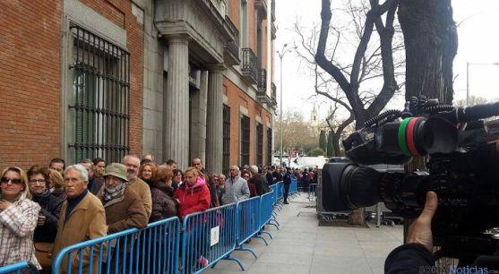 Ciudadanos en la fila para despedir a Suárez en Madrid. / SN