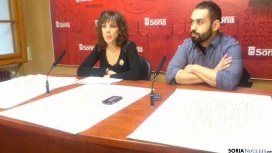 La concejala Inés Andrés y el creador del cartel Roberto Caballero.