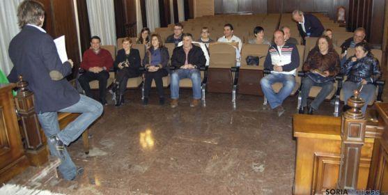 El alcalde, de espaldas a la izquierda, con los jurados de este año.