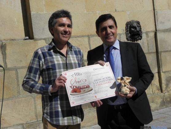 El pregonero con el alcalde de Covaleda.