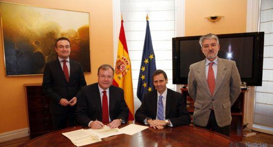 Rúbrica del convenio ente Junta y Ministerio.