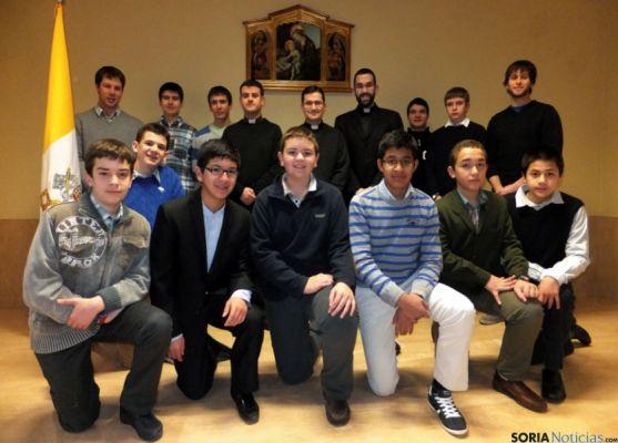 Seminaristas y formadores del seminario diocesano.