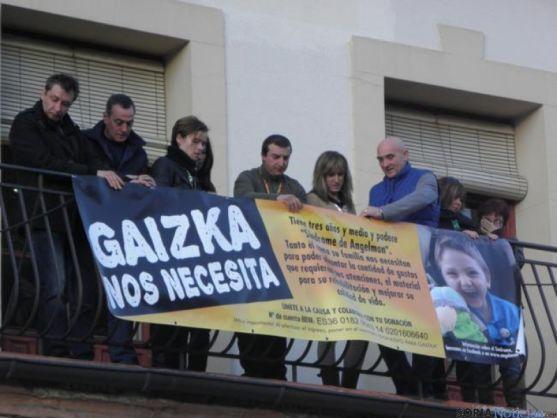 Colgando la pancarta de Gaizka.