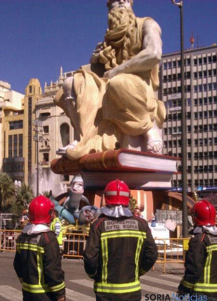 Los bomberos contemplan una falla.