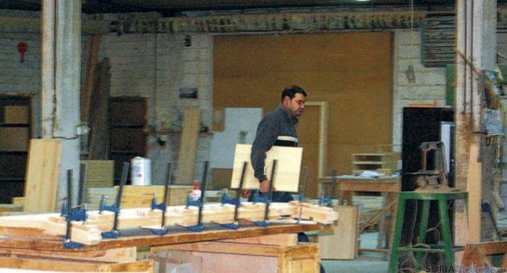Un empleado en una empresa de muebles de Pinares.