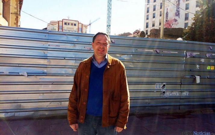Adolfo Sainz, junto a la valla en Mariano Granados