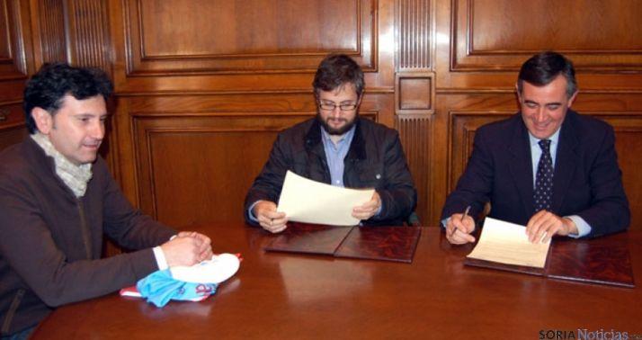 Romera, (izda.), Cabrerizo y Pardo en la firma del acuerdo.
