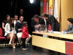 Un niña procede al sorteo ante el alcalde