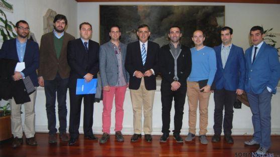 Miembros de AJE Soria, con Antonio Pardo (ctro.)