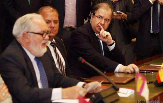 Herrera (dcha.) escucha al ministro Arias en la firma del convenio