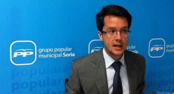 El concejal del PP, Tomás Cabezón, presentando las mociones.