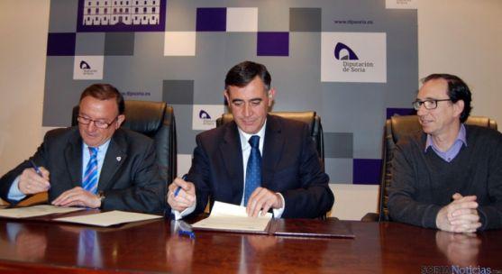 Rubio (izda.), Pardo y Martínez en la firma del convenio.