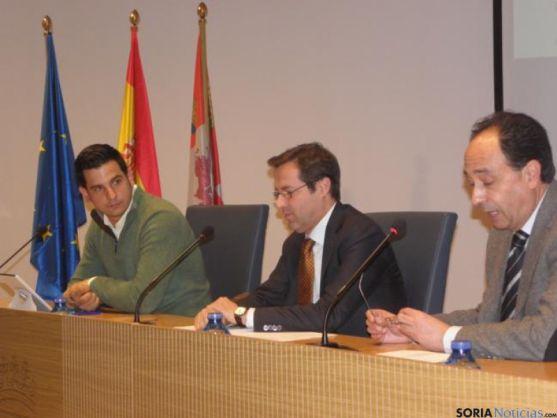 Javier Ramírez, entre el delegado y representante de Ashotur.