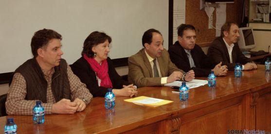 El delegado de la Junta (ctro.) en la inauguración del curso.