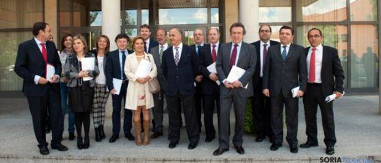 Representantes municipales, en la firma del protocolo