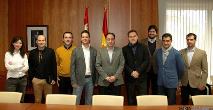Foto 1 - El delegado de la Junta en Soria recibe a la directiva de AJE