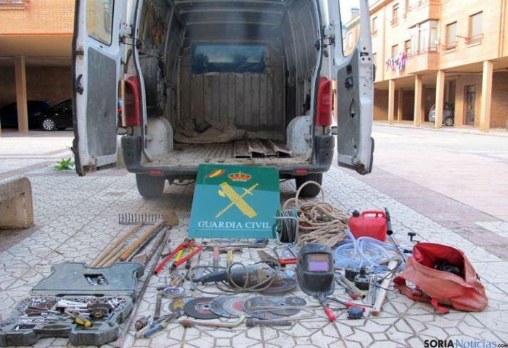La furgoneta y material incautado.