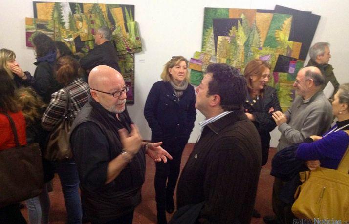 El artista (izda.) conversa con el alcalde.