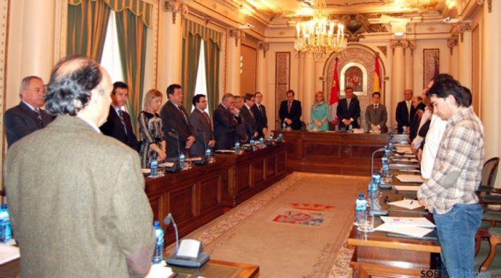 Momento del gesto de duelo en el Palacio Provincial.