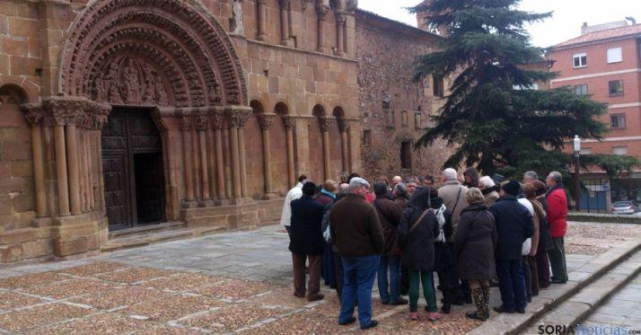 Un nutrido grupo de turistas frente a la portada de la iglesia de