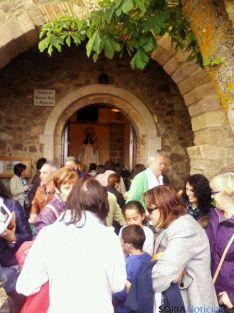La entrada a la ermita, con la patrona al fondo.