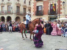 Sevillana con un caballo
