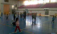 Los niños, en el polideportivo olevegueño. / SN