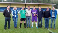 El capitán del Ágreda, tercero por la izquierda, con el trofeo.