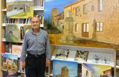 El pintor con algunas de sus obras.