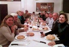 Agredeños disfrutando de 'La tortilla'.