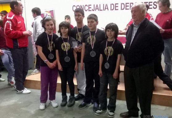 Los ajedrecistas, con su entrenador.