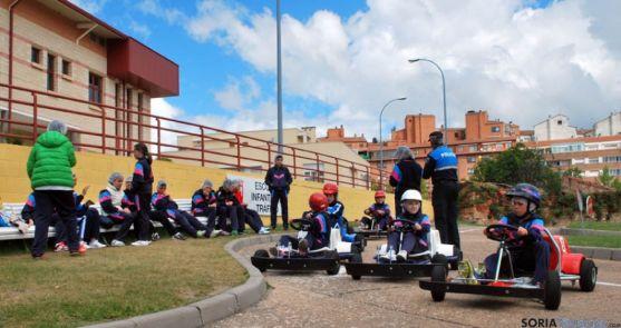 Los escolares en la pista de Los Pajaritos.