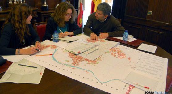 El concejal Javier Antón, (dcha.) con técnicos en una jornada de trabajo.