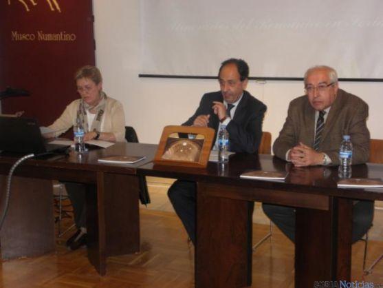 El delegado, en el centro, en la presentación del libro sobre itinerarios del románico