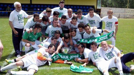 Los ganadores festejan el triunfo en el fútbol provincial.