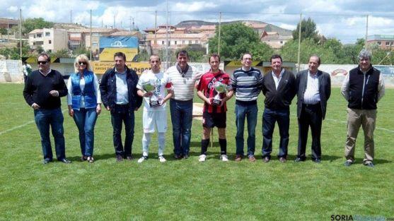 El presidente de la diputación (ctro.) con los capitanes de los equipos junto con autoridades y directivos.