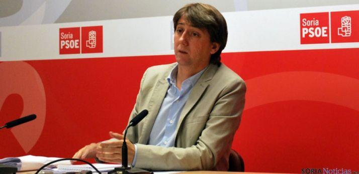 El secretario de los socialistas sorianos, Carlos Martínez Mínguez, esta tarde de martes en rueda de prensa. / SN