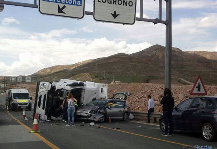 El camión y el turismo tras el accidente.