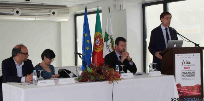 El director general de Patrimonio, (dcha.) en la ponencia en Protugal.