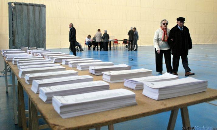 Mesa con papeletas en el polideportivo de San Andrés, sede de uno de los colegios electorales.