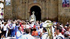La talla de Nuestra Señora de los Remedios en su salida del templo. / SN