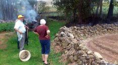Vecinos de la localidad, tras sofocar el fuego. / SN