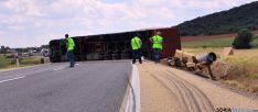 El vehículo accidentado corta los carriles de ambos sentidos en la N-122