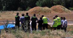 La Guardia Civil durante el levantamiento del cadáver.