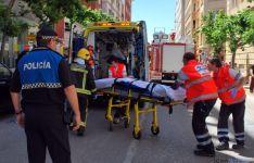 Servicios de emergencias en el traslado a la ambulancia en el lugar.
