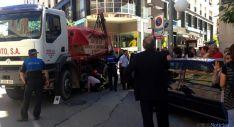 Bomberos y sanitarios en las labores de rescate de la mujer que permanecía bajo el camión
